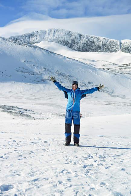 Tourist in winter landscape in Harjedalen, Sweden — Stock Photo
