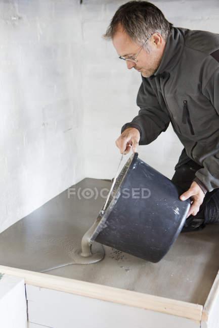 Вид сбоку человека бетонирования — стоковое фото