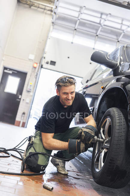 Людина змінюється шин, зосередити увагу на передньому плані — стокове фото