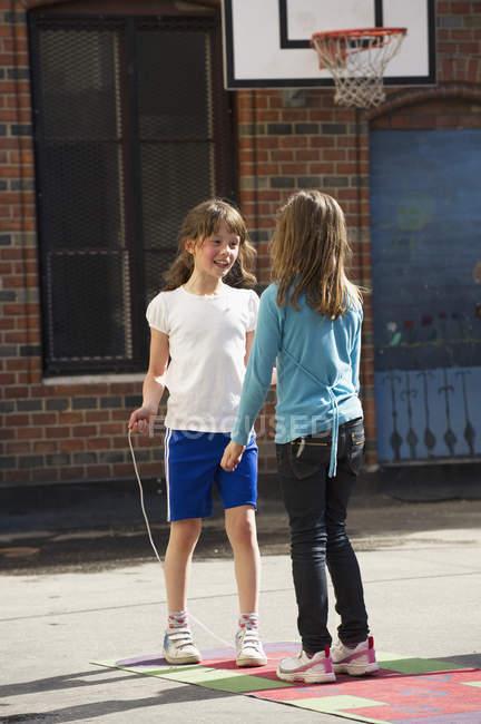 Zwei Mädchen spielen im Schulhof, selektiven Fokus — Stockfoto