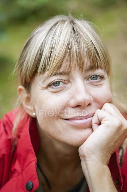 Портрет зрелой женщины с светлыми волосами — стоковое фото