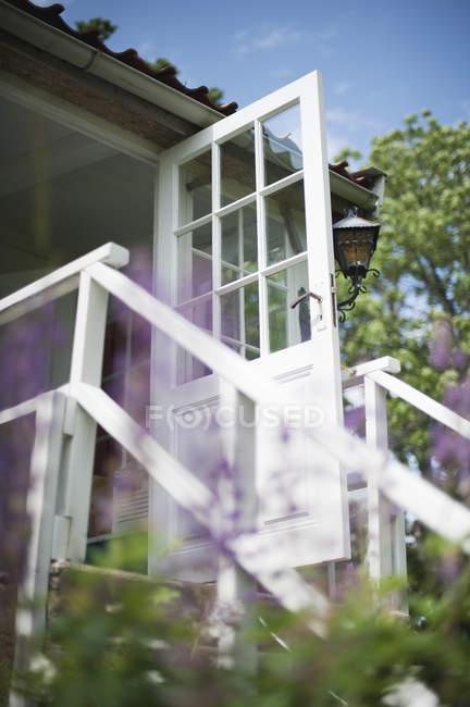 Низким углом зрения двери для дачи — стоковое фото