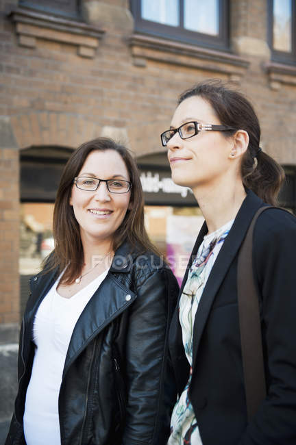3bb1f4b0ccd05f Zwei Frauen, die Straße entlang — lächelnd, im freien - Stock Photo ...