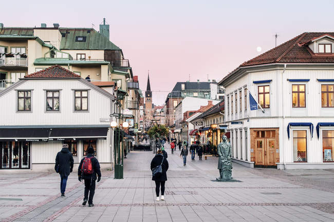 Cena de rua com escultura em primeiro plano em Boras, Suécia — Fotografia de Stock