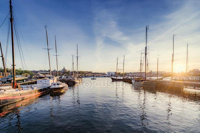 Segelboote im Hafen im morgendlichen Sonnenlicht verankert Djurgården, Stockholm — Stockfoto