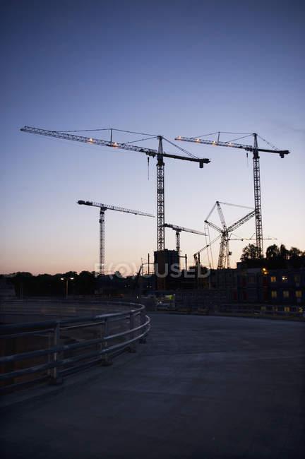 Vista ad angolo basso del cantiere al tramonto — Foto stock