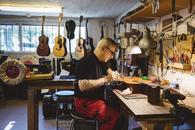Artigiano lavora nella stessa liuteria — Foto stock
