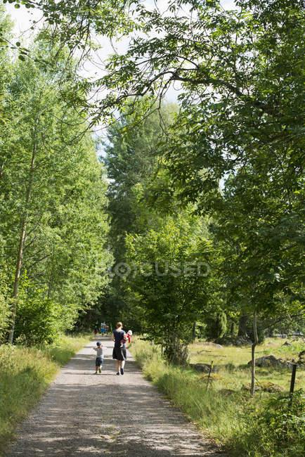 Promenade en famille le long de la route rurale à Smaland, Suède — Photo de stock