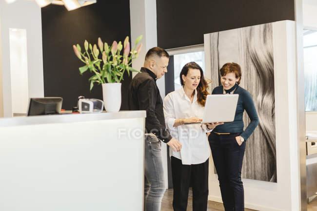 Friseure diskutieren über Das Geschäft, fokussieren sich im Vordergrund — Stockfoto