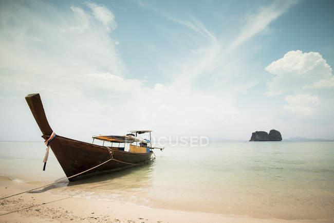 Malerischer Blick auf Boot am Strand in Thailand vertäut — Stockfoto