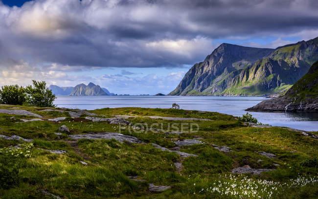 Montagnes au-dessus de la mer dans l'archipel des Lofoten en Norvège — Photo de stock