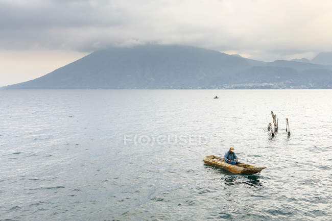 Fisherman in boat on Lake Atitilan in Guatemala — Stock Photo
