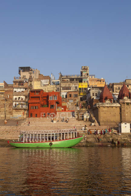 Boat against buildings on Ganges River in Varanasi, India — Stock Photo