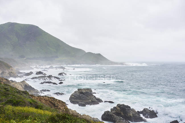 Vista panoramica della costa rocciosa a Big Sur in California, USA — Foto stock