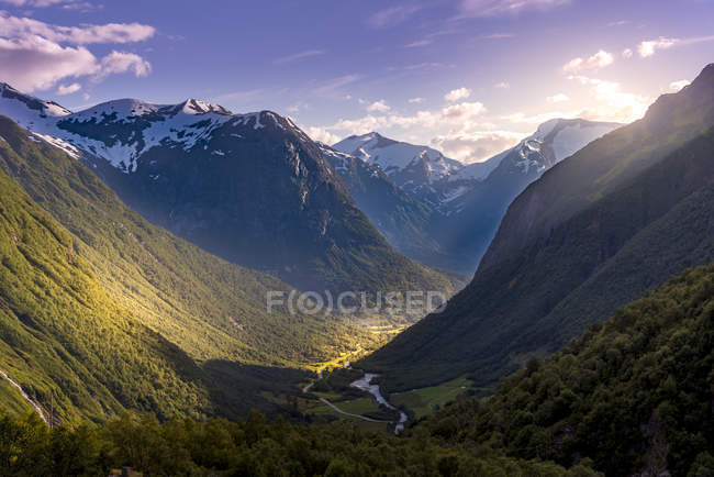 Scenic view of river and mountains in Stryn, Norway — Stock Photo