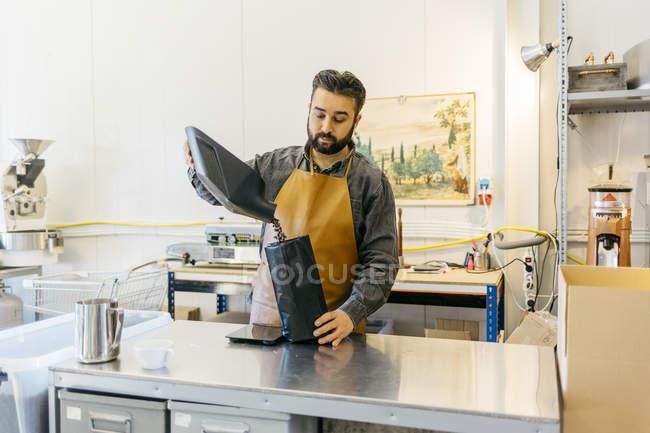 Piccolo imprenditore lavora al negozio di torrefazione del caffè — Foto stock