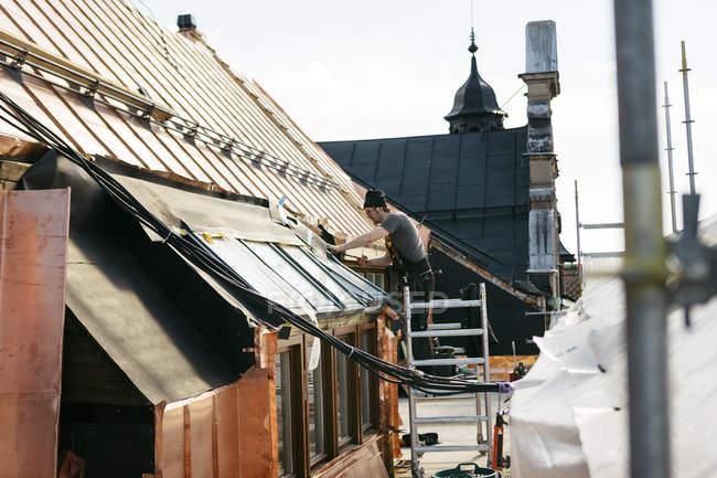 Roofer trabalhando em construção em Estocolmo, Suécia — Fotografia de Stock