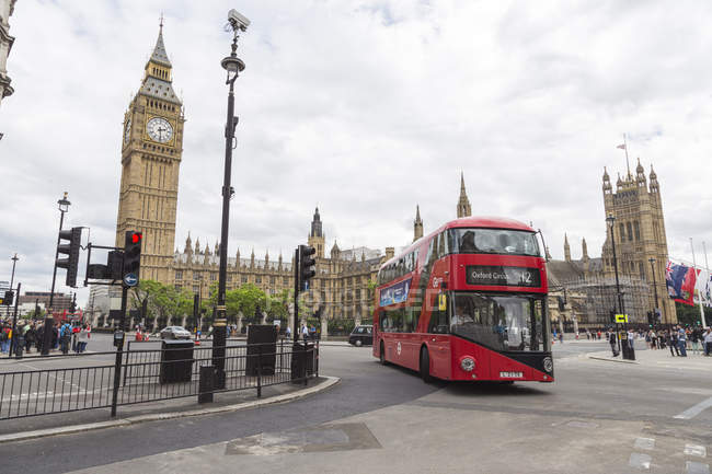 Bus Double Decker par Big Ben à Londres, Angleterre — Photo de stock