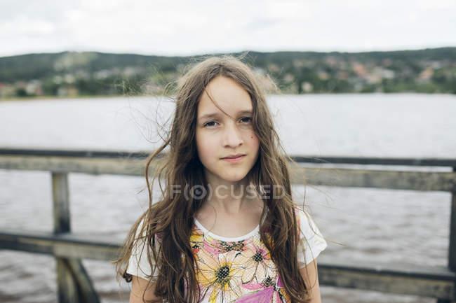 Retrato de chica por lago, enfoque en primer plano - foto de stock