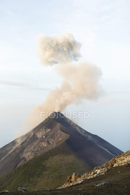 Vista cénico de Volcan de Fuego que em erupção em Acatenango, Guatemala — Fotografia de Stock