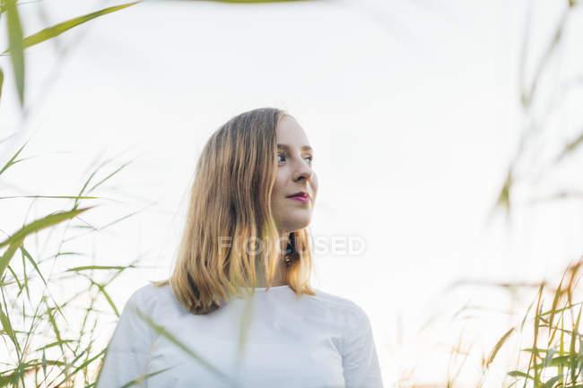 Giovane donna che cammina attraverso il campo a Karlskrona, Svezia — Foto stock