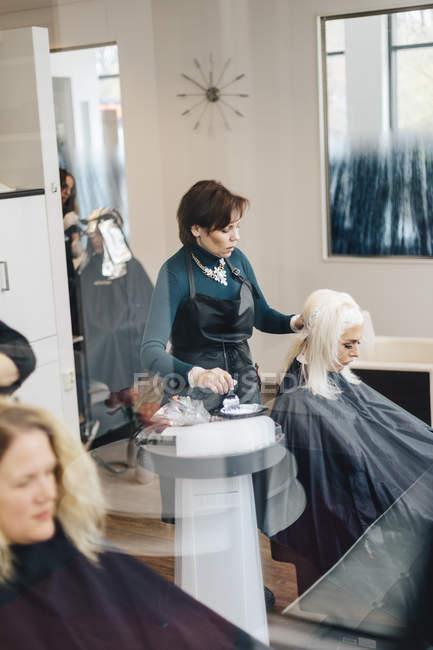Parrucchiere colorante cliente capelli, messa a fuoco selettiva — Foto stock