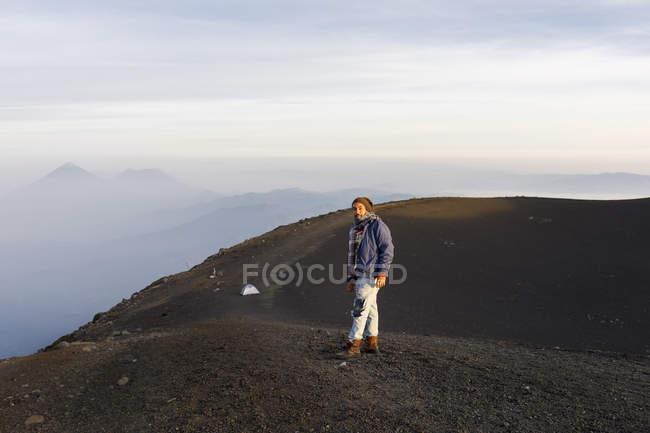 Человек походы горы в Гватемале, сосредоточиться на переднем плане — стоковое фото