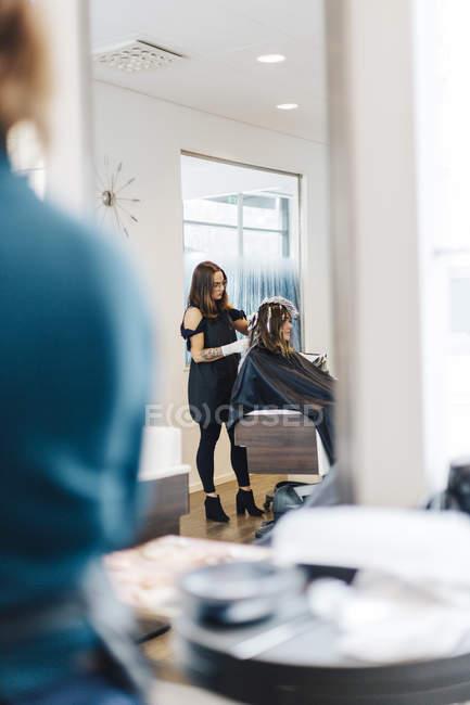 Coiffeur colorier les cheveux du client, foyer sélectif — Photo de stock