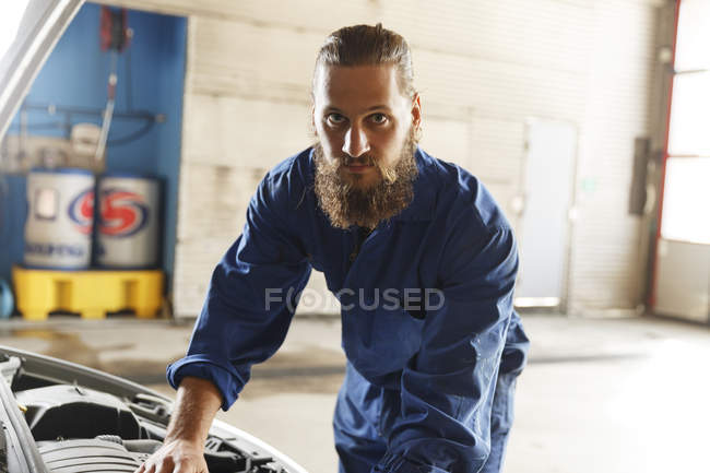 Mechanic working on car in workshop, selective focus — Stock Photo