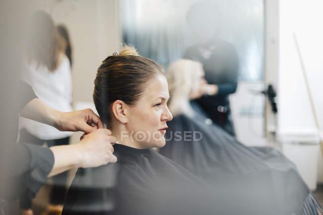 Cliente de cabeleireiro com cabelo molhado, foco seletivo — Fotografia de Stock