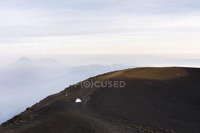 Zelt auf dem Gipfel des Berges in acatenango, Guatemala — Stockfoto