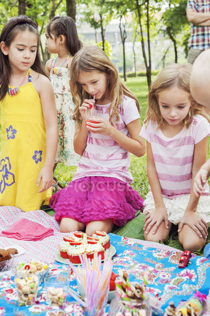 Children at birthday picnic, focus on foreground — Foto stock
