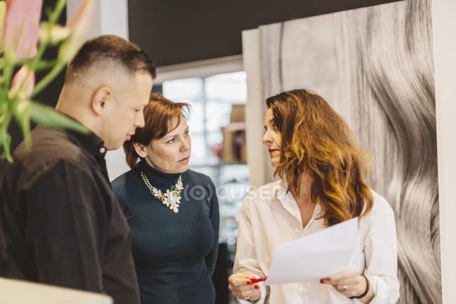 Parrucchieri discutere di affari, focus selettivo — Foto stock