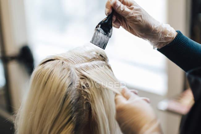 Клієнти волосся час освітлюється в перукарні, зосередитися на передньому плані — стокове фото