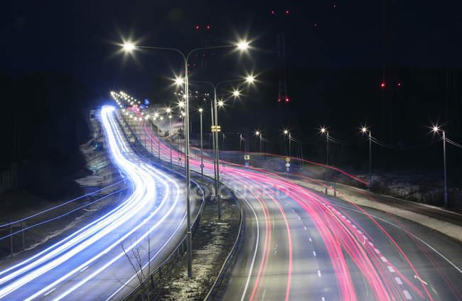 Світло маршрутів по шосе вночі в Гельсінкі, Фінляндія — стокове фото