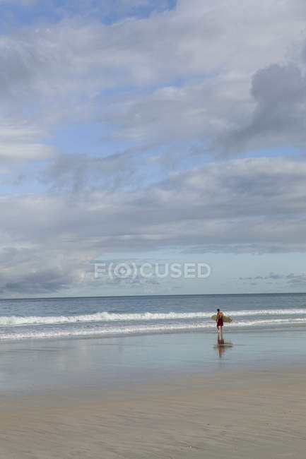 Man going surfing at beach in Broome, Australia — Stock Photo