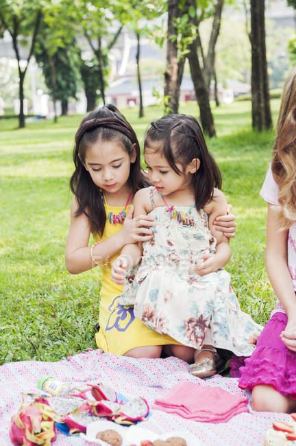 Діти на пікнік на день народження, Зосередьтеся на передньому плані — стокове фото