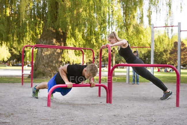 Donna e uomo di formazione nel parco, primo piano a fuoco — Foto stock