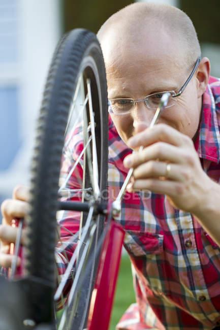 Mann, die Befestigung Fahrrad, differenzielle Fokus — Stockfoto