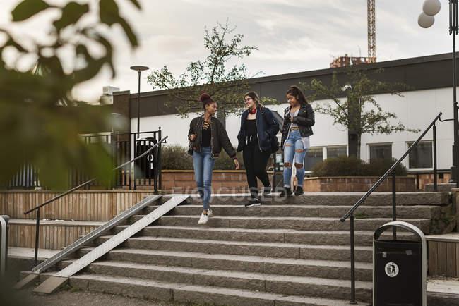 Девочки-подростки спускаются по лестнице — стоковое фото