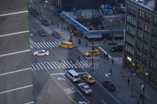 Автомобили и дорожная разметка на городской улице видны сверху — стоковое фото