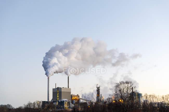 Фабрика з димовими стеками, вибіркове зосередження. — стокове фото