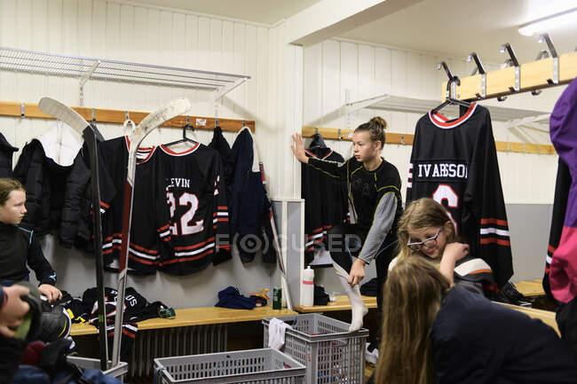Les filles dans le vestiaire se préparent pour l'entraînement de hockey sur glace — Photo de stock