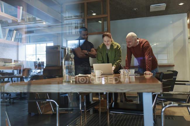 Вид из окна встречающих бизнесменов — стоковое фото