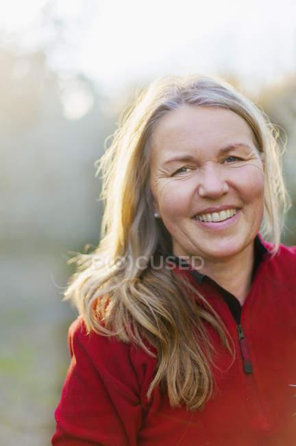 Retrato de mulher sorridente, foco seletivo — Fotografia de Stock