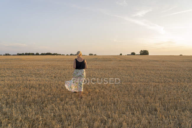 Woman standing in field, selective focus — Fotografia de Stock