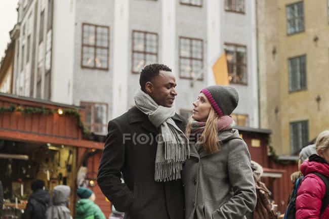 Coppia che abbraccia al mercato, focus selettivo — Foto stock