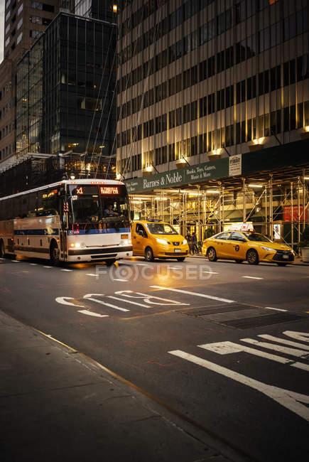 Автобусы и автомобили на Манхэттен-стрит, избирательный фокус — стоковое фото