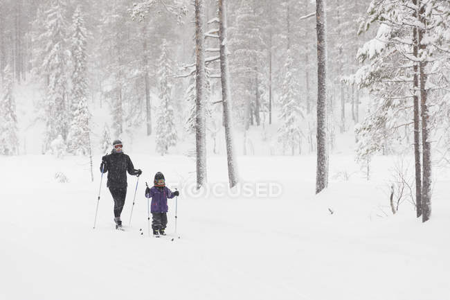 Mother and daughter skiing, selective focus — Stock Photo
