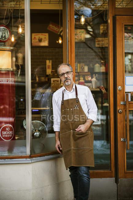 Парикмахер вне парикмахерской, избирательный фокус — стоковое фото